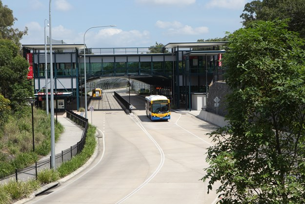 Bus travelling on the Inner Northern Busway (2).JPG