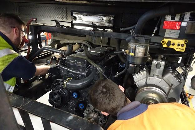 Scania bus technicians DSC01687.jpg