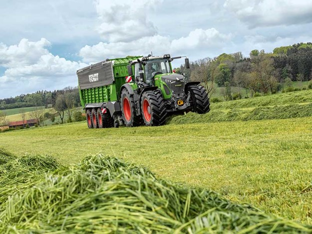 Fendt-942-wins-Tractor-of-the-Year-award-2.jpg
