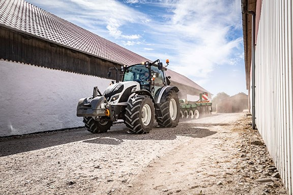 The tractor series was elected Machine of the Year 2017 and won the Red Dot Design award 2018 in the category 'Commercial Vehicles.'  E