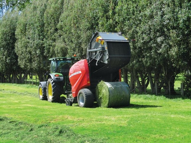 Bales are formed from the centre outwards with increasing pressure on the belts for a constant density