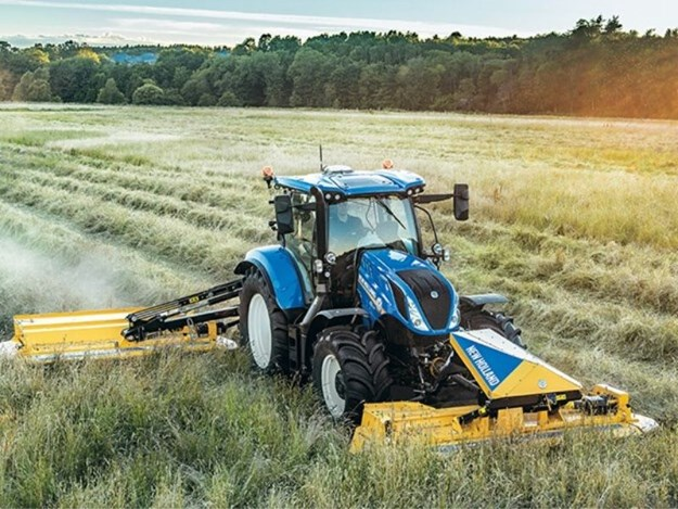 New Holland's DiscCutter front and rear mower conditioners in action.