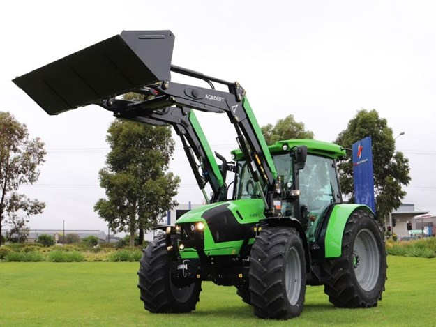 The Deutz-Fahr 5125G Heavy Duty tractor is also available with an Agrolift 38 40 loader, pictured, which comes with Eurohitch as standard