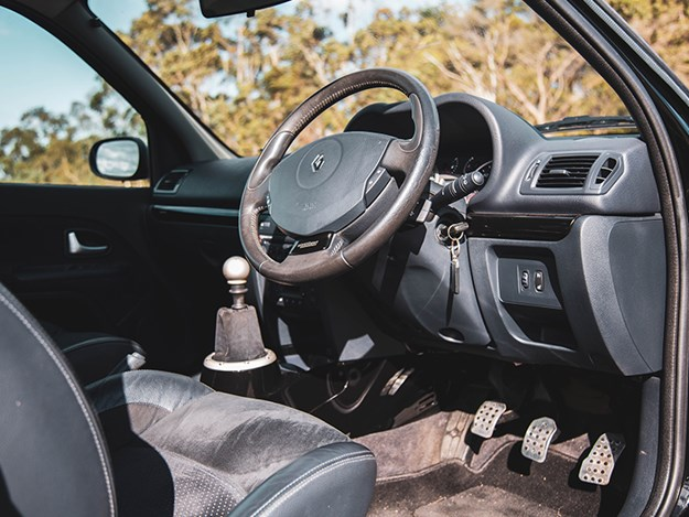 Renault-Clio-V6-interior.jpg