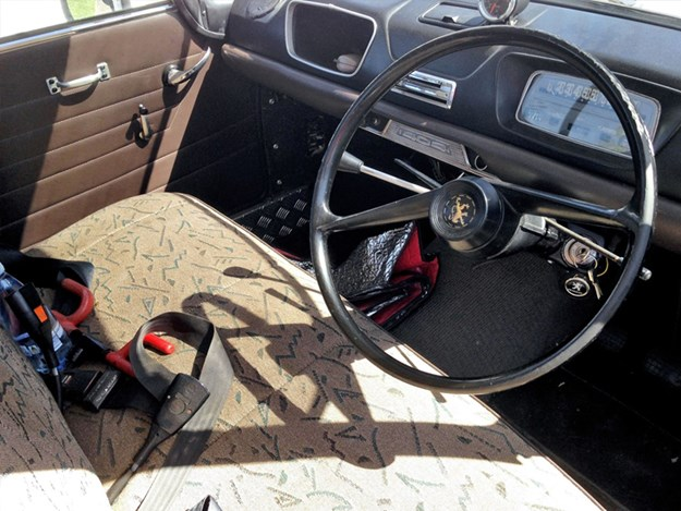 Peugeot-404-interior.jpg