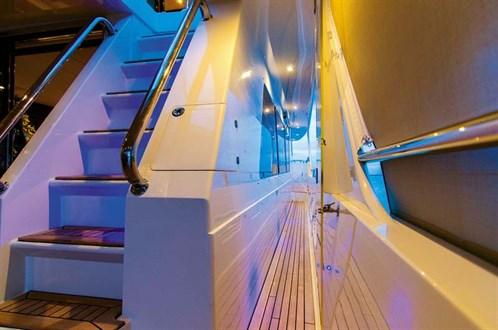 Hampton 720 walkaround decks