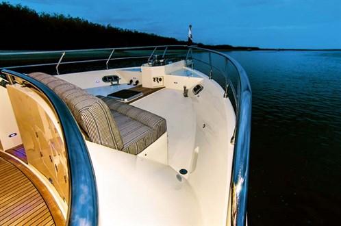 Hampton Endurance 720 Skylounge bow
