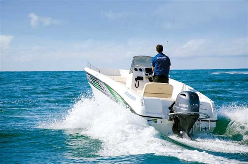 Karnic Smart One  55 CC on the water