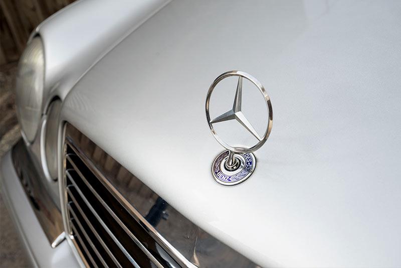 Mercedes -Benz -E36-AMG-bonnet -star -2