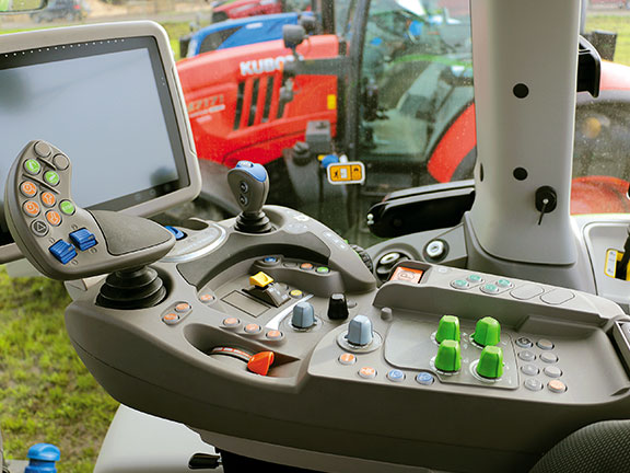 The modern console of the Deutz-Fahr 6165 TTV Agrotron