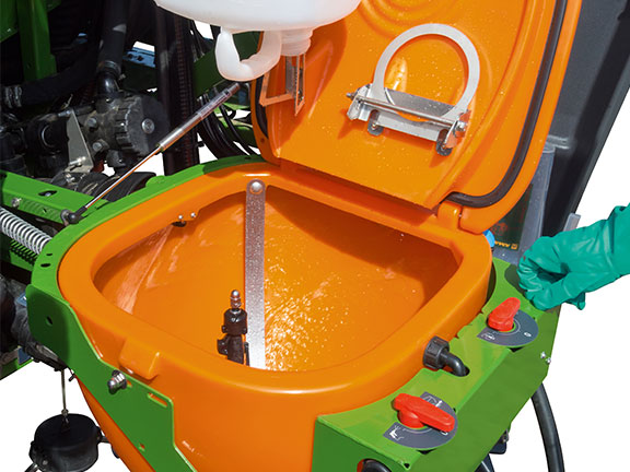 The Amazone UF2002's 60-litre induction bowl
